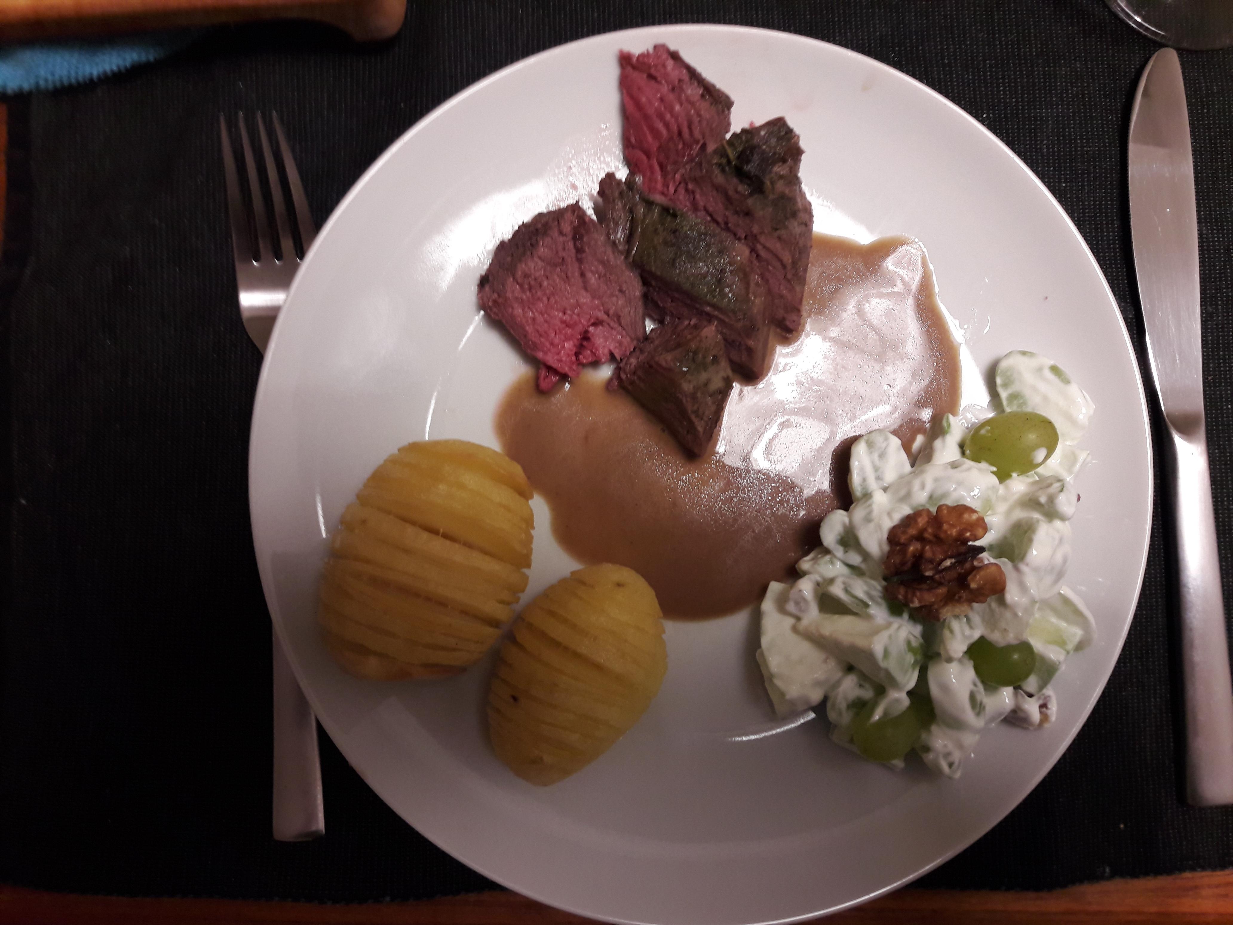 Dyreryg med hasselback kartofler og waldorfsalat.