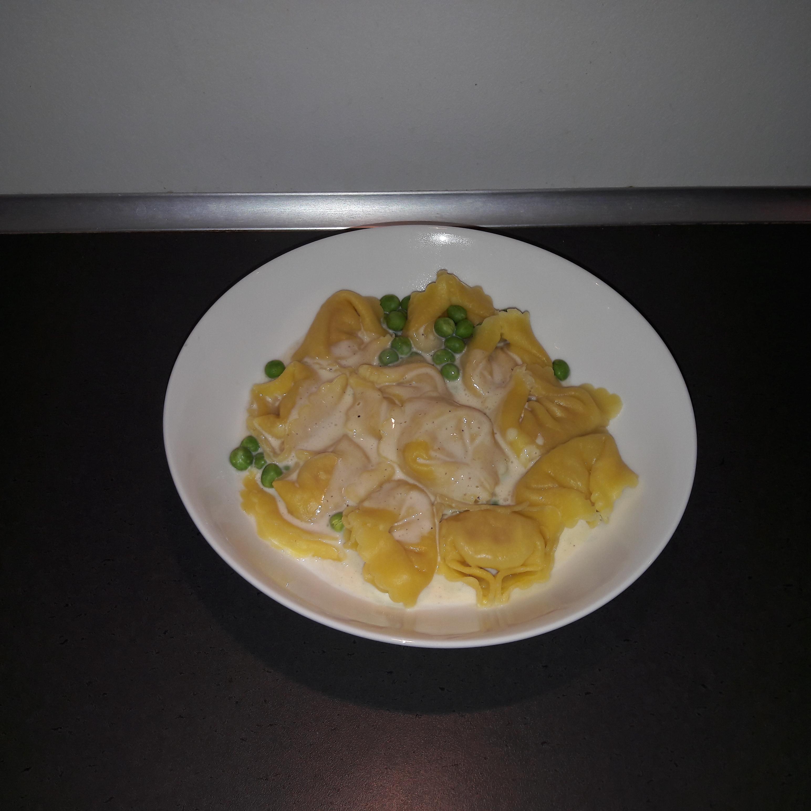 Tortellini med mornay sauce og ærter