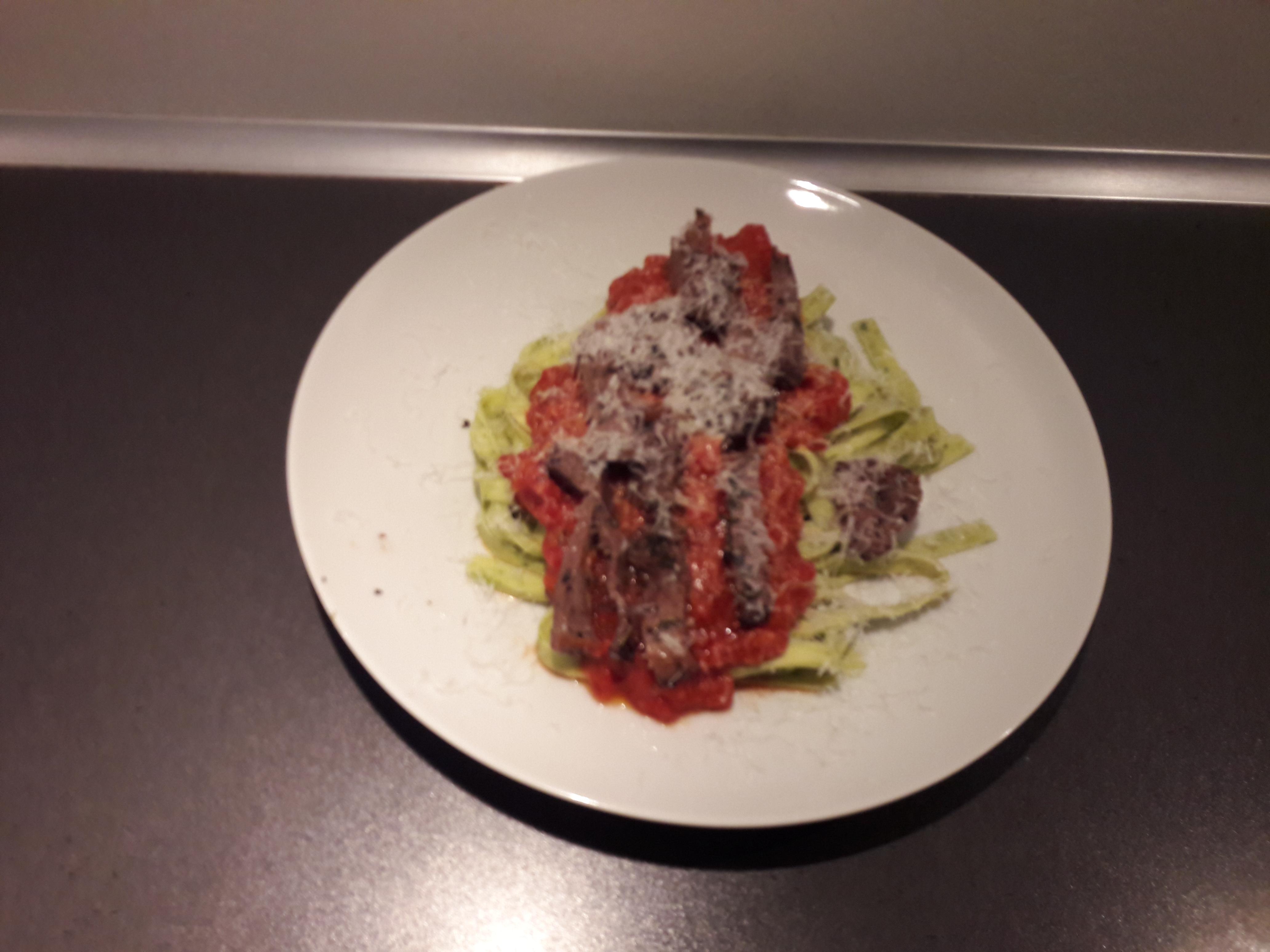Pasta med tomatsovs og oksestrimler