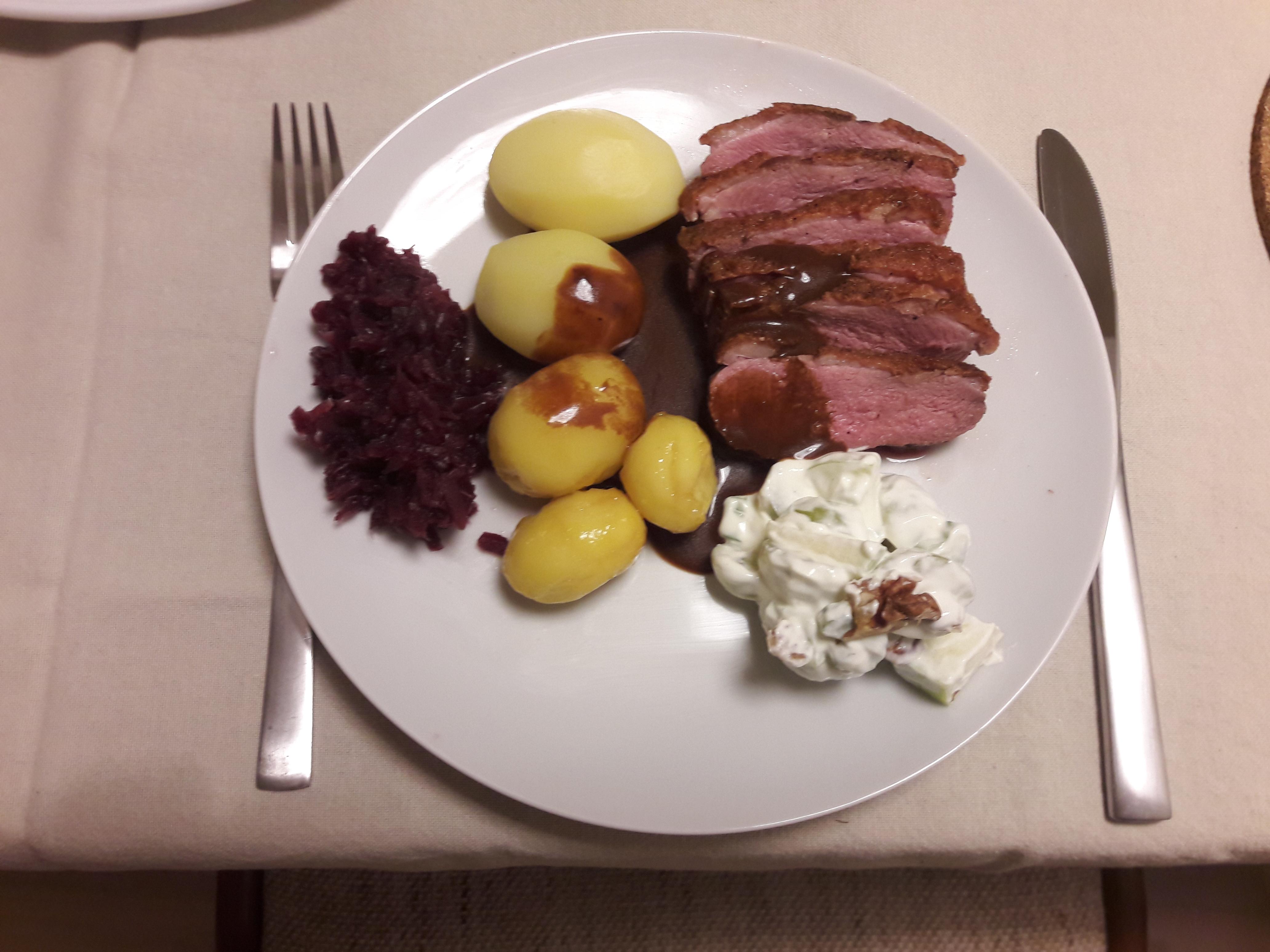 Andebryst med brunekartofler, waldorfsalat og rødkål