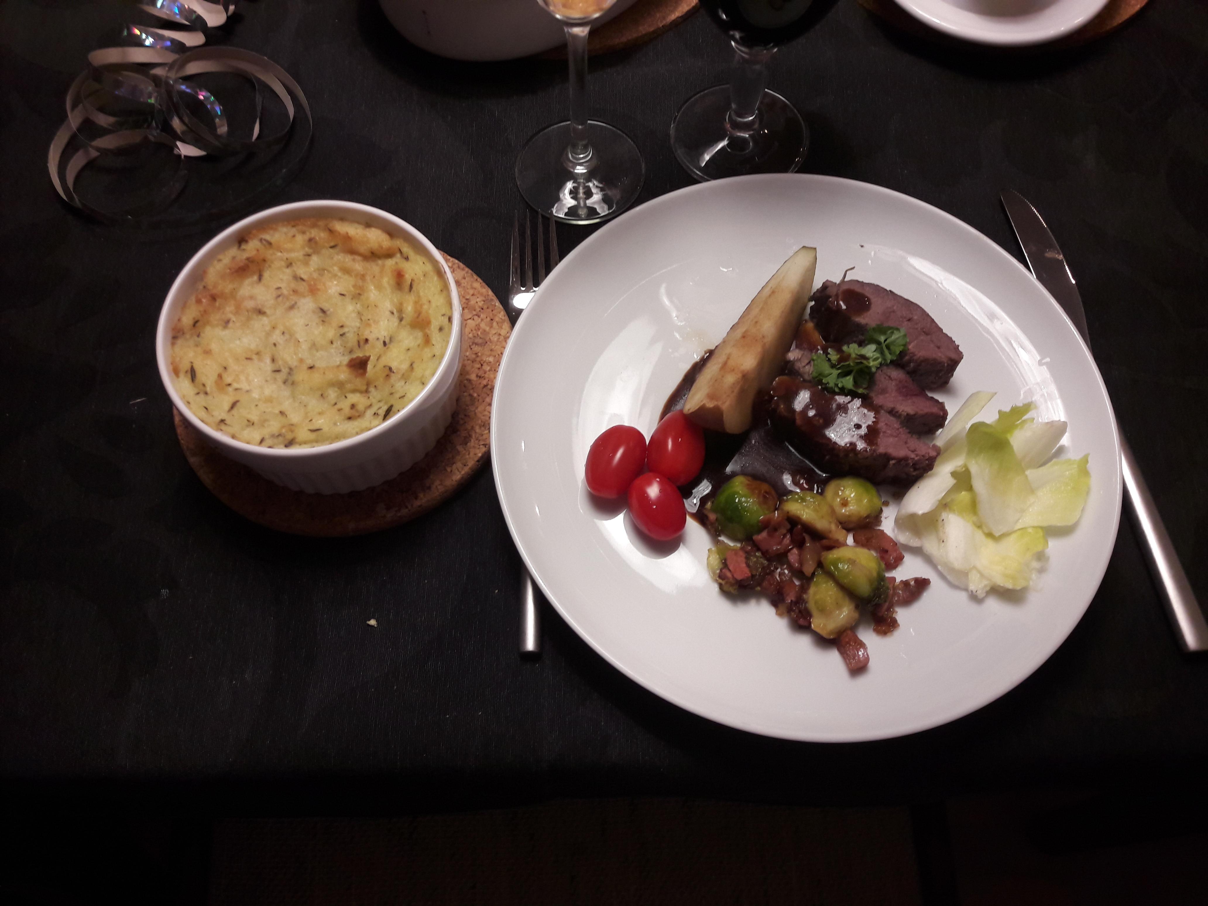 Dyreryg med rosenkål, bacon, pære og kartoffelgratin