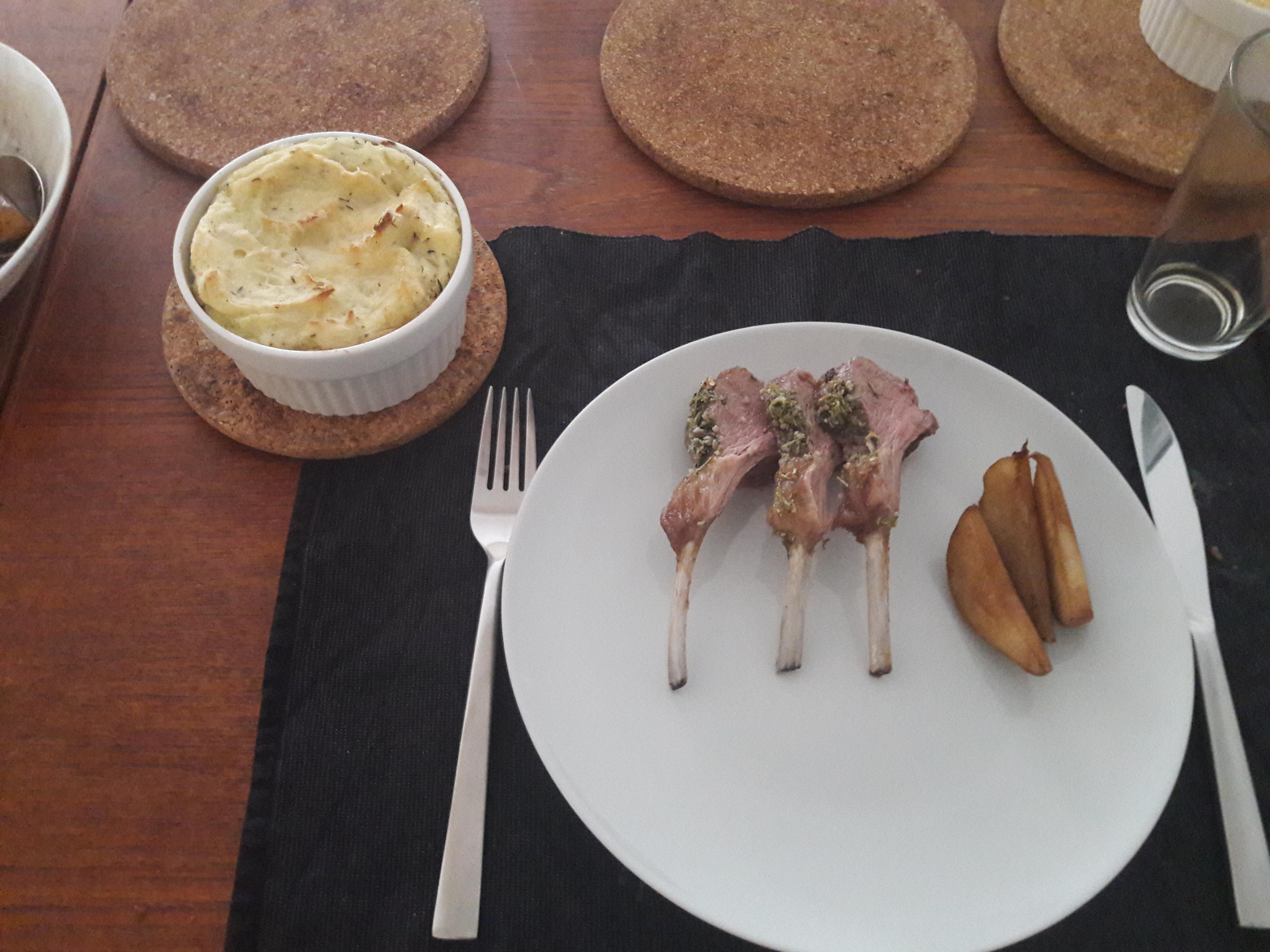Lammekrone med kartoffelgratin og pære